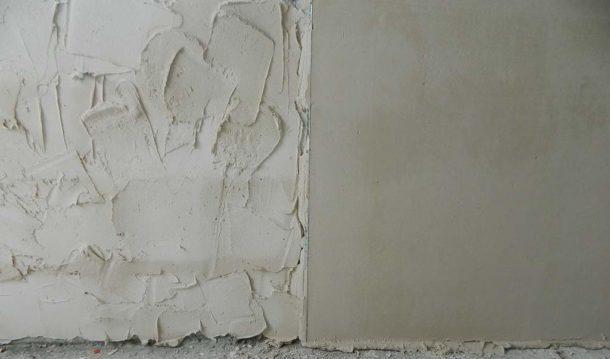 Стена в процессе выравнивания штукатуркой